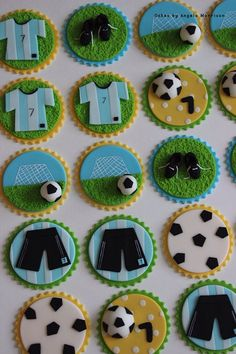 Soccer/Football cupcakes - For all your cake decorating supplies, please visit… Fondant Cupcakes, Fondant Toppers, Cupcake Cookies, Football Cupcakes, Football Cookies, Cake Decorating Supplies, Cookie Decorating, Soccer Birthday, Soccer Party
