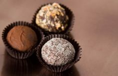 This is a delicious & easy to make basic cream cheese truffle recipe that you can enjoy as is, or you could also add flavorings to make it unique! Praline Recipe, Truffle Recipe, Chocolate Shop, Chocolate Truffles, Dipping Chocolate, Caramel Recipes, Chocolate Recipes, Gourmet Candy, Cake Truffles