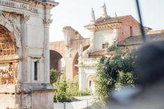 In Rom den touristischenHighlights aus dem Weg gehen? Vergiss es! Keine Chance, dasist absolutunmöglich. Die gesamte Stadt ist so mit Sehenswürdigkeiten vollgeballert, dass man sich schon in die falsche Stadt verlaufen habenmuss, um an einem Tag nicht mindestens an zehn berühmten Gebäuden, Brunnen oder Plätzen vorbei gelaufen zu sein. Dementsprechend viele Touristenhorden laufen natürlich auch …