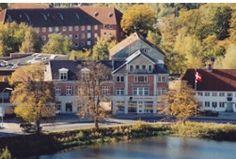 Danmarks smukkeste udsigt tilleje til erhverv   Ejendommen ligger i Slotsgade i Hillerød med den smukkeste udsigt til Frederiksborg slot dvs. i Hillerøds absolutte centrum.