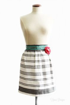 The 10 minute dish towel apron tutorial! 1 dish towel, of ribbon, and 10 minutes of your time! Makes a cheap and easy gift! Diy Sewing Projects, Sewing Projects For Beginners, Sewing Hacks, Sewing Ideas, Quilting Projects, Sewing Patterns Free, Free Sewing, Dress Patterns, Apron Patterns