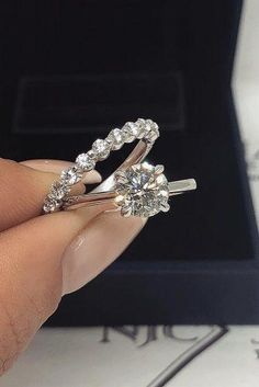27 Simple Engagement Rings For Girls Who Love Classic Style Diamond Wedding Rings – Simple engagement rings are so elegant and feminine. Find the perfect simple engagement ring for you! Read the post and get the inspiration! Wedding Rings Simple, Wedding Rings Solitaire, Wedding Rings Vintage, Bridal Rings, Wedding Jewelry, Wedding Bands, Solitaire Diamond, Trendy Wedding, Raw Diamond