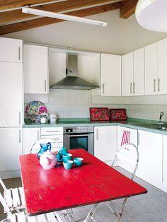 A cheery eat in kitchen Kitchen 2016, Eat In Kitchen, Kitchen Colors, Kitchen Flooring, Kitchen Backsplash, Kitchen Dining, Kitchen Decor, Minimal Kitchen, Scandinavian Kitchen
