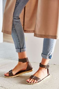8 sandalias para lucir fabulosa y a la moda este verano. | sandalias de moda planas | sandalias primavera verano | sandalias con jeans | #outfits #sandals