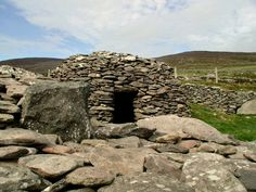 Beehive hut, Dingle, Co. Kerry, Ireland  These little homes are hundreds of years old!