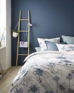 chambre draps housse de couette palmier mur bleu échelle deco decoration intérieur blog deco #chambre #bedroom #draps #housse #houssedecouette #palmier #mur #bleu #blue #deco #decoration #interieur #homedesign #homdecor #homesweethome #interieur #interior