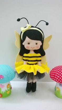 Essas bonequinhas vestidas de abelhinha e joaninha são uma ótima opção para decorar festa no tema jardim, mas você pode tbm enfeitar o quarto das sua princesa!    Medidas - 30 centímetros altura    * O valor se refere a unidade - (cada boneca)