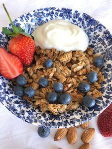 Mulberry Tree crunchy granola Roasted Almond Crunch, from Mulberry Tree, is a really crunchy roasted granola and an easy healthy breakfast with milk, almond milk or yogurt and fresh fruit. However it also is a high protein breakfast suitable for active pe High Protein Breakfast, Healthy Breakfast Recipes, Breakfast Ideas, Crunchy Granola, Yogurt And Granola, Mixed Fruit, Fresh Fruit, Low Gi Breakfasts, Family Meals