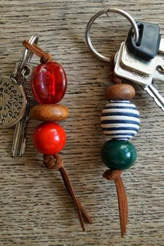 Cozy in Germany: Beaded keychain DIY- gift ideas Bead Crafts, Jewelry Crafts, Diy And Crafts, Tape Crafts, Diy Keychain, Diy Christmas Keychain, Keychain Ideas, Bijoux Diy, Key Fobs