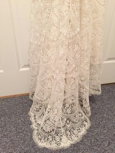 Completely unaltered, unhemmed size 4 dress with side zipper- beautiful lace…