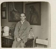 Frederic Mompou amb dos quadres de Nonell comprats pel seu germ Josep (La Paloma, de 1904 i Gitana, de 1902) :: Fons fotogràfic Frederic Mompou (Biblioteca de Catalunya)
