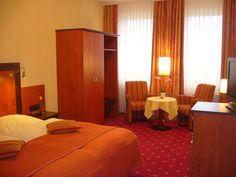 Gemütliche Hotelzimmer im AKZENT Hotel Strandhalle Schleswig. Halle, Hotels, Restaurant, Curtains, Bed, Furniture, Home Decor, Double Room, Blinds