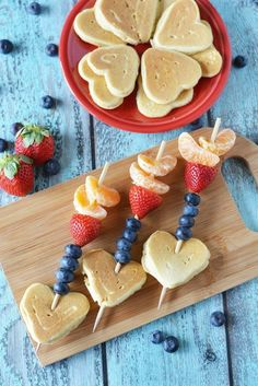 Day Cupid Arrow Pancake Kabobs These adorable Valentine's Day Cupid Arrow Pancake Kabobs would make the perfect Valentines breakfast. These adorable Valentine's Day Cupid Arrow Pancake Kabobs would make the perfect Valentines breakfast. Valentines Breakfast, Valentines Day Treats, Kids Valentines, Valentine Cupid, Valentines Day Brunch Ideas, Valentine Party, Breakfast For Kids, Breakfast Recipes, Breakfast Ideas