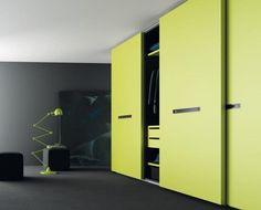 Las puertas correderas en color pistacho de este armario, es del mismo color que los elementos interiores