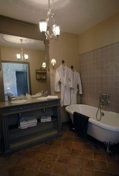 Salle de bain  chambre Jardin d'Adélaïde Clawfoot Bathtub, Brittany, Villeneuve, Shabby, Showers, Bathrooms, Castle, Romantic, Garden Bedroom