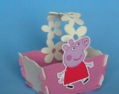 Linda e encantadora lembrancinha ou enfeite de mesa  para o tema Peppa Pig confeccionado em eva. Se for usada como centro de mesa, serve para mesa com 4 a 6 cadeiras. Substitui tambem a sacolinha surpresa,  deixe ainda mais charmosa e encantadora a sua festinha, as criancas vao adorar!!!!!! Dentro vc pode colocar guloseimas( nao acompanha a lembrancinha) Fazemos em todas as cores e personagens, consulte nos. Pedido minimo de 20 unidades. R$ 5,99