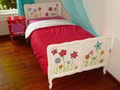 Wit brocante bed met bloemen. (Happykidsart)