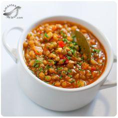 Esta receta de sopa de lentejas es muy fácil de preparar y es una comida muy sabrosa, nutritiva, llena de fibra y rica en proteínas.