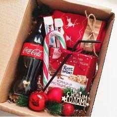 695 отметок «Нравится», 2 комментариев — New❤️Подарки в Барнауле! (@pin_up_style) в Instagram: «Новогодний coca-cola бокс ❤️ -носочки детские (27-36) -сладости -леденец -кола +трубочка Любое…»