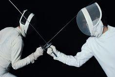 El esgrima es un deporte que se ha practicado desde hace mucho tiempo. La historia nos cuenta cómo evolucionó de ataque y defensa ha convertirse en un deporte. http://www.linio.com.mx/deportes/