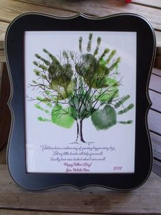 DIY Gifts : Father's Day Handprint Collage from Nurturing Naters. Cute DIY gift idea for… Easy Father's Day Gifts, Homemade Fathers Day Gifts, Fathers Day Crafts, Homemade Gifts, Gifts For Dad, Craft Gifts, Diy Gifts, Party Gifts, Ma Jolie Tribu