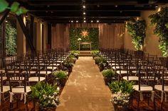 Cerimônia de casamento com cadeiras de madeira, passadeira fendi, arranjos verdes e branco. altar em muro inglês com espírito santo. Decoração por Mariana Bassi Fotos : Helson Gomes