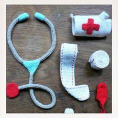 Accessoire du Docteur en crochet et tricotin