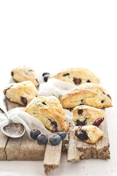 Breakfast in bed: blueberry buttermilk scones . Sweet Recipes, Brunch Recipes, Dessert Recipes, Blueberry Recipes, Blueberry Scones, Tasty, Yummy Food, Sweet Bread, I Love Food