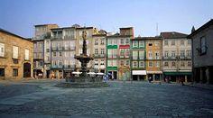 10 experiencias imprescindibles en Braga | Via TusDestinos | 24/07/2016 He visitado Braga muchas veces y la he visto mejorar y modernizarse, haciéndose cada año más atractiva para los miles de turistas que la visitan. Braga es la tercera ciudad de Portugal en número de habitantes y un importante centro económico y cultural en el norte de Portugal. Tiene, además, la ventaja de estar muy cerca de Galicia (unos 80 km, desde Tui) y de Oporto (55, km, aprox.). Photo:Largo do Paço #Portugal