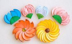 Flores coloridas de papel para atividades escolares