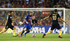 El delantero argentino del FC Barcelona Leo Messi (2i) controla el balón entre…