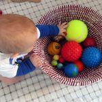 Le panier de balles ! Mettez des balles de textures différentes dans un panier - Montessori & Reggio