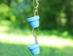 A rain chain is a series of loops or funnels joined together that is attached to the end of a gutter, in place of a downspout. As rain cascades down the rain chain into a catch basin or planting area, it makes a relaxing sound. Diy Garden, Garden Crafts, Garden Projects, Diy Projects, Garden Ideas, Garden Whimsy, Backyard Projects, Diy Ombre, Rain Chain Diy