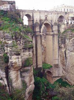 Ronda, Spain  7. Los arcos altos abajo del puente parece el puente es un parte de la roca.