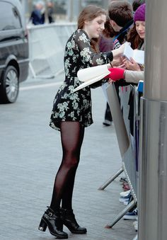 Birdy giving autograph to her fans. I hope I get a autograph of her one day. Music Mood, My Music, Birdy Singer, Black Pantyhose, Girls Life, Height And Weight, Celebs, Celebrities, Pretty Girls