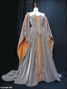 Grey and Gold Dress from 'Elizabeth' set around 1559 - rainha