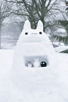 If I get the chance I'm soo making a snow totoro! Hayao Miyazaki, Chat Bus, Film Animation Japonais, The Cat Returns, Snow Sculptures, Snow Fun, Castle In The Sky, Film D'animation, Dibujos Cute