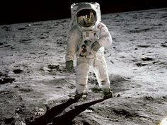 Az űrruha viselt az űrhajósok által, mint például Buzz Aldrin volt a célja, hogy optimalizálja a létfenntartás, nem a mobilitás.  Az újonnan tervezett ruhák lehetővé teheti a jövőben moonwalkers, hogy gyorsabb a Hold felszínén.