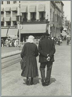 Man en vrouw in [Groningse] klederdracht op straat in Groningen. [1936]. #Groningen