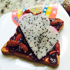 Crazy toast with blackcurrant, almonds, gojiberries and of course a heart of my favorite fruit, dragon fruit.