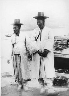 """Soul (Seoul) - South Korea [Two Korean men. """"They wear the most absurd costume ever invented by man"""", May Gertrude Bell Korean Photo, Korean Art, Old Pictures, Old Photos, Gertrude Bell, Korean Traditional Dress, Korean Peninsula, Korean People, Vintage Photography"""