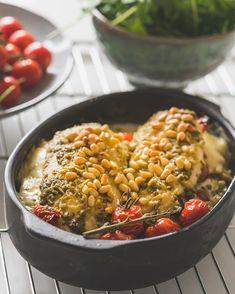 Gevulde kipfilet - Een heerlijk stukje kip opgevuld met pesto, zongedroogde tomaatjes en mozzarella en afgewerkt met pijnboompitten. Simpel en oh zo lekker! Meat Recipes, Chicken Recipes, Healthy Recipes, Healthy Diners, Good Food, Yummy Food, Evening Meals, Bon Appetit, I Foods