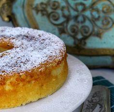 Já alguma vez começaram a fazer um Tiramisu e acabaram num bolo? A mim aconteceu hoje... Há experiências culinárias que nos dão q...
