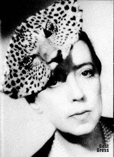 """A estilista italiana Elsa Schiaparelli, introduziu a moda do """"rosa-choque"""" lendário, joalheria e design """"espinh de peixe"""", inventou a saia-calça,imortalizou-se como chapéus alucinantes de grife,os saltos transparentes e os desenhos mais imprevisíveis e surreais que adornavam suas criações."""