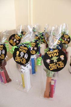 petits cadeaux pour les invités, sac à surprise originale, comment organiser un bon anniversaire star wars