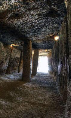 El Dolmen de Menga se construyó en el año 4700 A.C. aproximadamente y es una de las más antiguas edificaciones megalíticas en Europa. Este es un gran sepulcro en forma…
