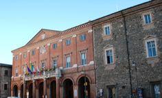 Matelica, la piazza principale con il palazzo comunale e il teatro...