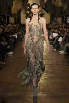 The complete Iris van Herpen Spring 2018 Couture fashion show now on Vogue Runway. Haute Couture Paris, Haute Couture Looks, Spring Couture, Style Couture, Couture Week, Couture Fashion, Women's Runway Fashion, Fashion Week Paris, Fashion 2018