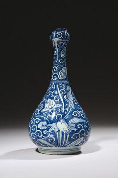 """CHINE, Kraak Époque WANLI (1573-1620) Vase de forme """"suantouping"""" en porcelaine décorée en bleu sous couverte d'oiseaux parmi les fleurs de lotus sur fond de rinceaux. Hauteur : 27 cm"""