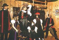 Trachtenmuseum Haslach  Gutacher Trachten  in der Mitte (von links nach rechts) Mädchentracht, Brautschäppel mit Zopfgehänge, Kindertracht, ... #Gutachtal